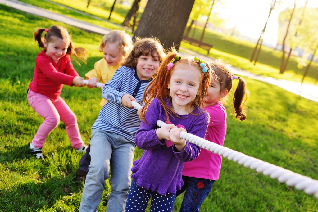 kids playing tug of war